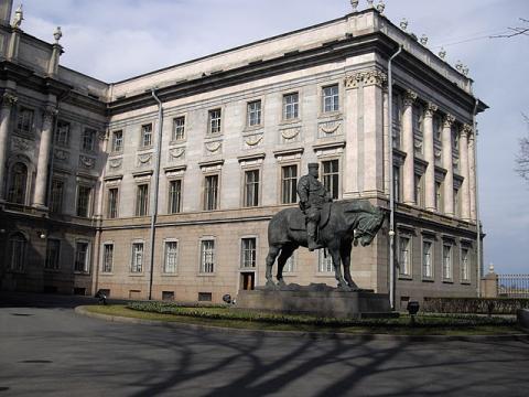 Памятник Александру III перед восточным фасадом дворца