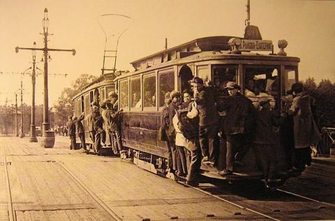 Переполненный трамвай с зацеперами в 1933 году