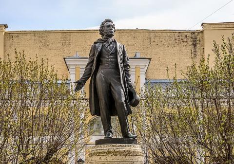 Памятник Пушнину во дворе Музея-квартиры А. С. Пушкина