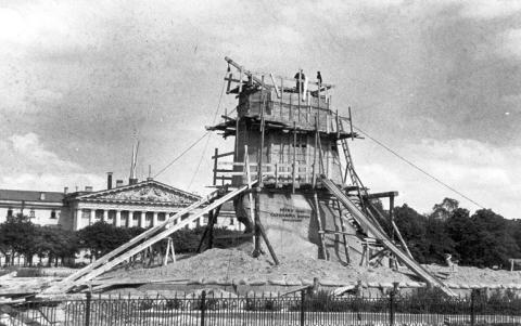 Памятник Петру I в защитном устройстве в августе 1941 г.
