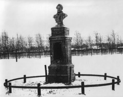 Первый памятник на месте дуэли Пушкина