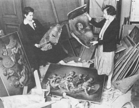 Подготовка к выставке памятников искусства, оставшихся в городе во время блокады Ленинграда